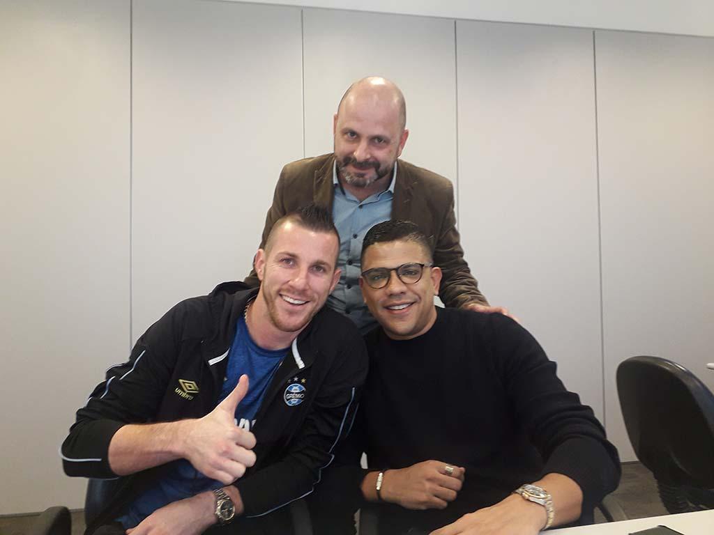 O goleiro Paulo Victor renovou seu contrato com o Grêmio